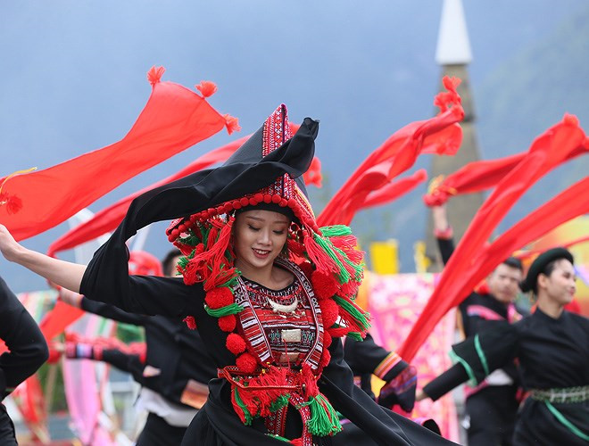ethnic dancing festival held on the peak of fansipan excites crowds hinh 2