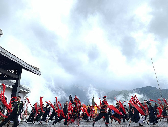 ethnic dancing festival held on the peak of fansipan excites crowds hinh 3