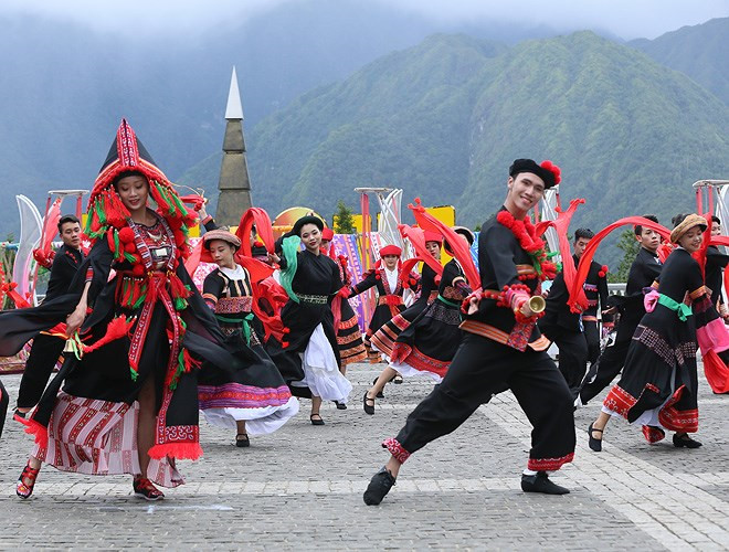 ethnic dancing festival held on the peak of fansipan excites crowds hinh 4
