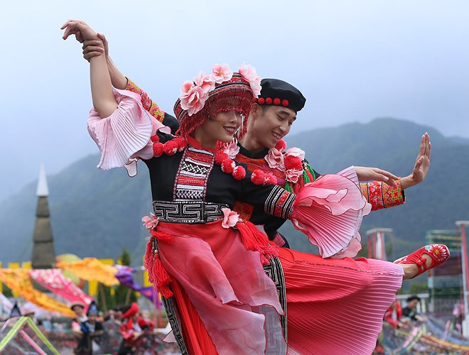 ethnic dancing festival held on the peak of fansipan excites crowds hinh 5