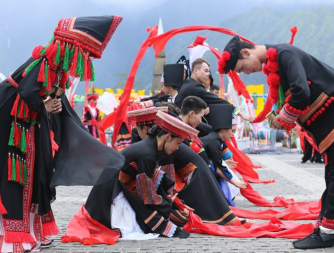 ethnic dancing festival held on the peak of fansipan excites crowds hinh 6