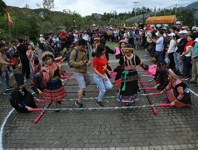 ethnic dancing festival held on the peak of fansipan excites crowds hinh 8