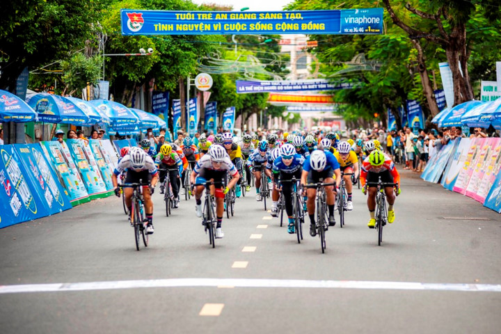 female korean cyclist wins yellow jersey in an giang tv cup hinh 1