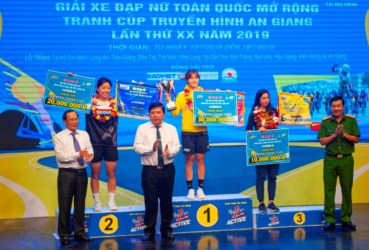 female korean cyclist wins yellow jersey in an giang tv cup hinh 5
