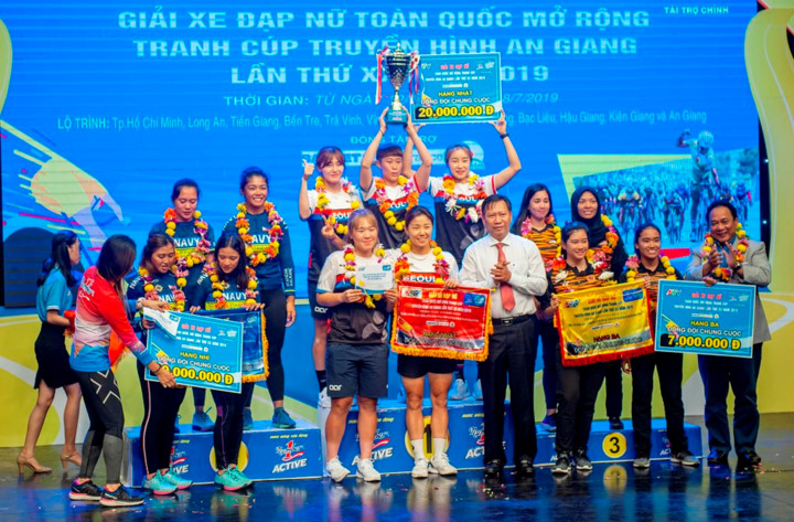female korean cyclist wins yellow jersey in an giang tv cup hinh 6