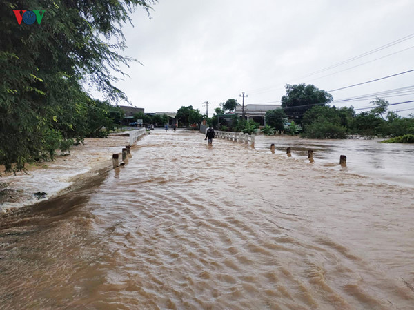 heavy rain submerges in central highlands provinces hinh 9