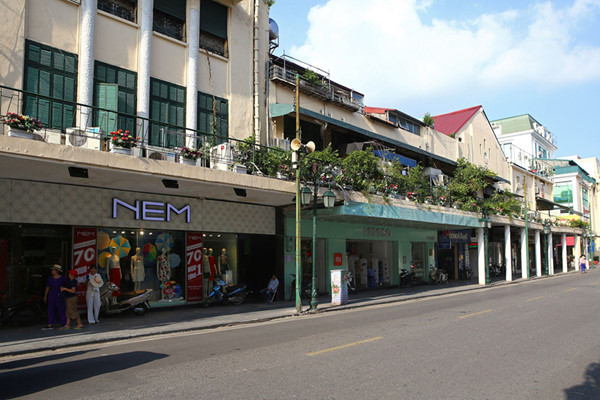 a look back at historic trang tien street through history hinh 12