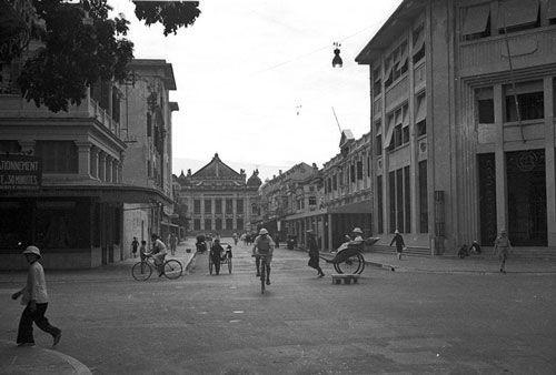 a look back at historic trang tien street through history hinh 1