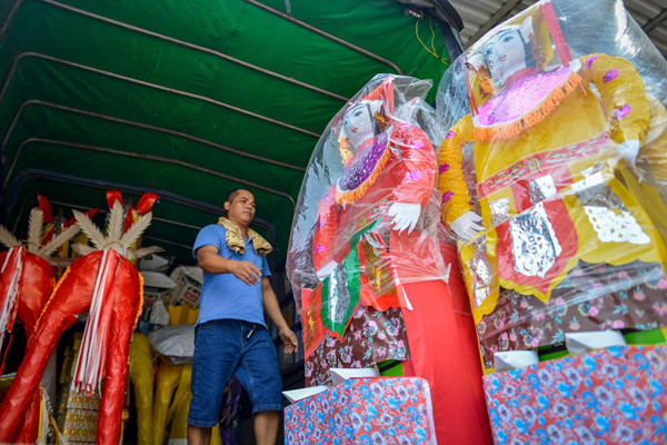 residents of song ho commune make paper offerings ahead of ghost month hinh 12