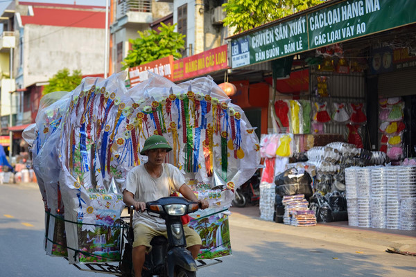 residents of song ho commune make paper offerings ahead of ghost month hinh 1