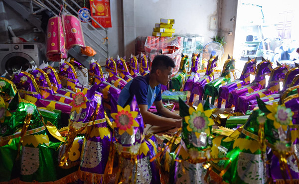 residents of song ho commune make paper offerings ahead of ghost month hinh 2