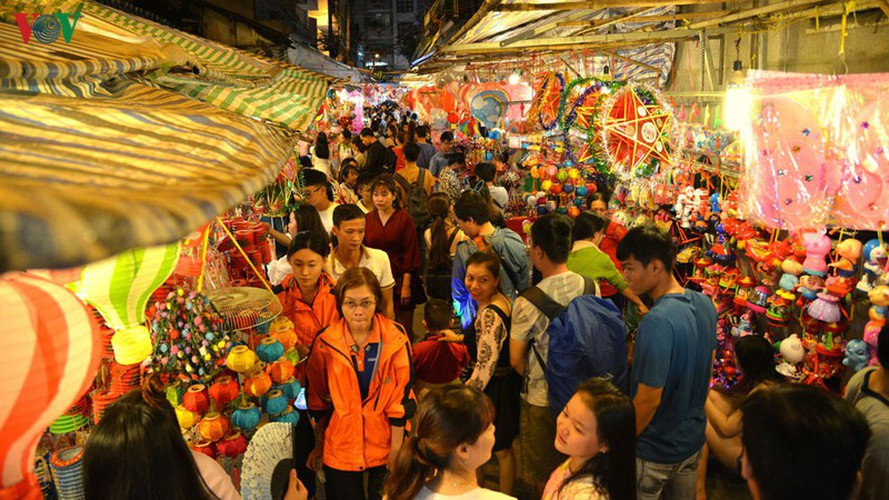 lantern street brought to life in hcm city for mid-autumn festival hinh 1