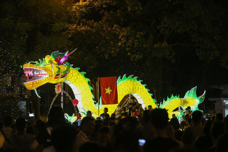 the nation's largest lantern festival thrills crowds in tuyen quang hinh 2