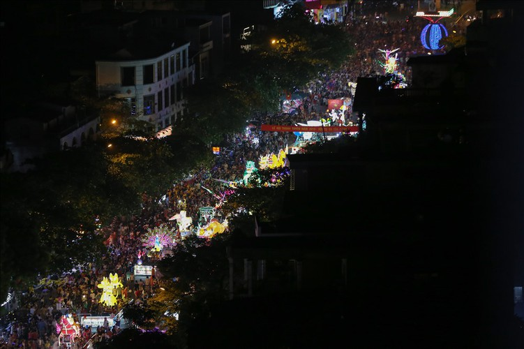 the nation's largest lantern festival thrills crowds in tuyen quang hinh 4