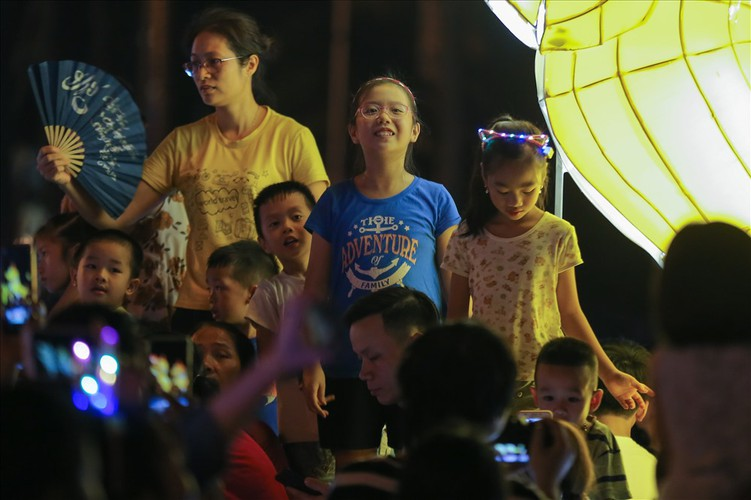 the nation's largest lantern festival thrills crowds in tuyen quang hinh 6