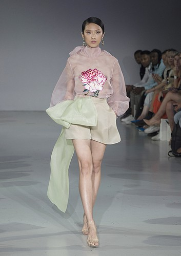 tran hung showcases stunning designs at london fashion week hinh 4