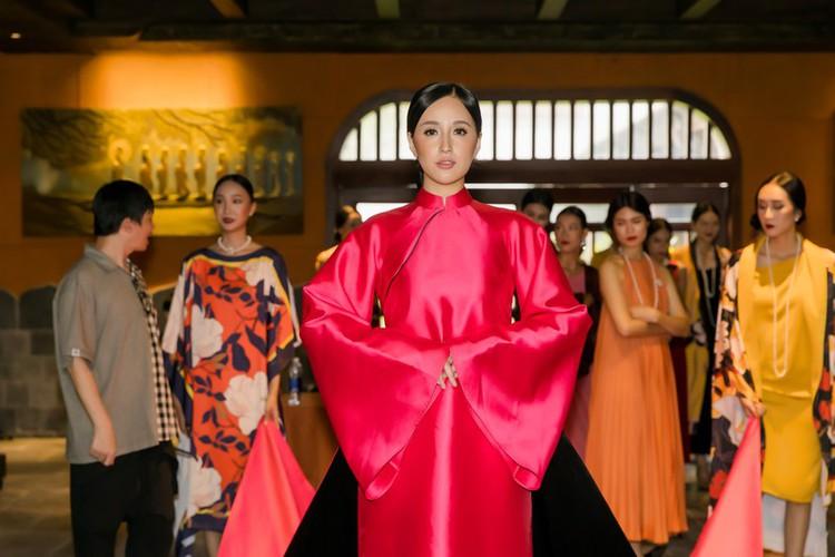 phuong thuy dazzles in ao dai fashion show hinh 10