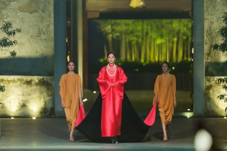 phuong thuy dazzles in ao dai fashion show hinh 1