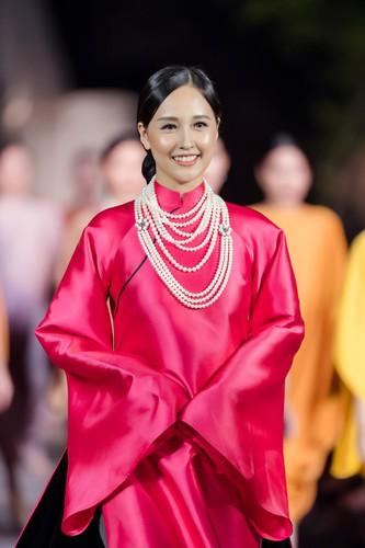 phuong thuy dazzles in ao dai fashion show hinh 3