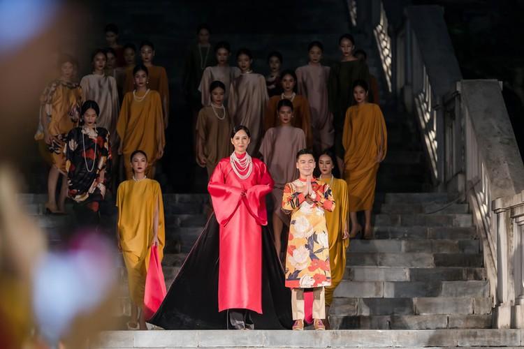 phuong thuy dazzles in ao dai fashion show hinh 5