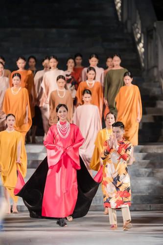 phuong thuy dazzles in ao dai fashion show hinh 6
