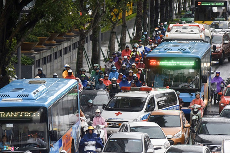 heavy rain serves to ease air pollution in hanoi hinh 7