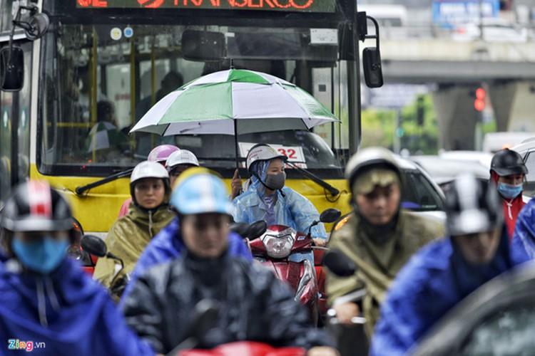 heavy rain serves to ease air pollution in hanoi hinh 9