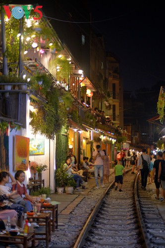 unique railway cafe in hanoi hinh 10