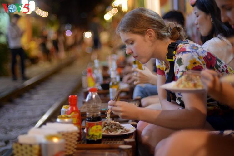 unique railway cafe in hanoi hinh 13