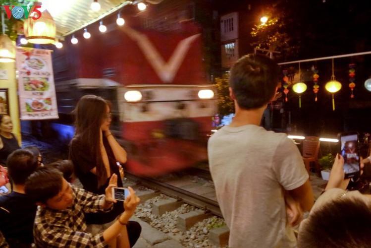 unique railway cafe in hanoi hinh 15