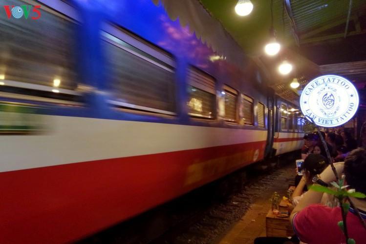 unique railway cafe in hanoi hinh 17