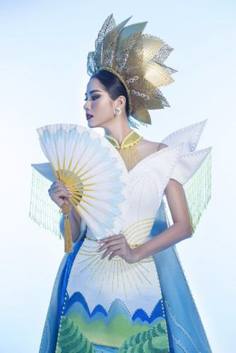 hoang hanh reveals national costume of 5,000 crystals for miss earth show hinh 3