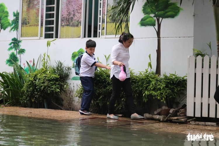 high tides cause disorder to daily lives of residents throughout hcm city hinh 11