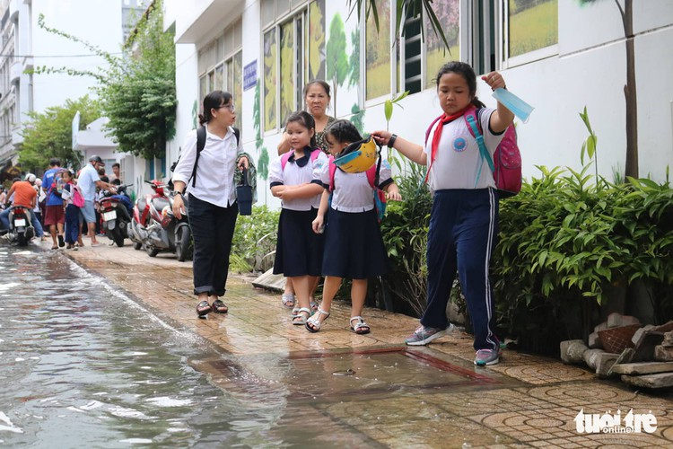 high tides cause disorder to daily lives of residents throughout hcm city hinh 12