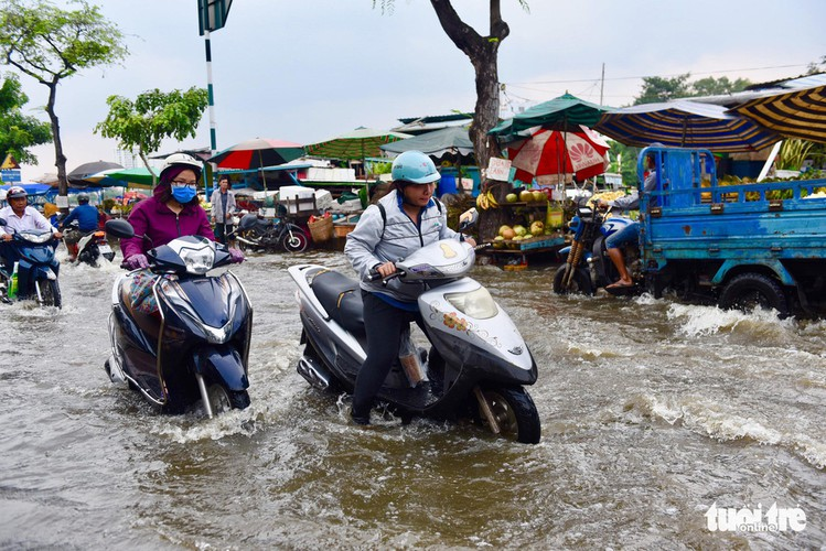 high tides cause disorder to daily lives of residents throughout hcm city hinh 3