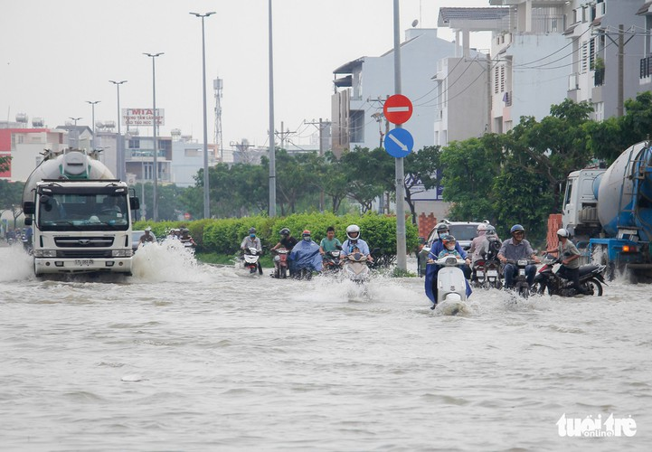 high tides cause disorder to daily lives of residents throughout hcm city hinh 5