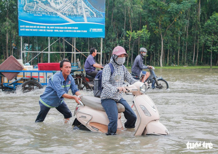 high tides cause disorder to daily lives of residents throughout hcm city hinh 7