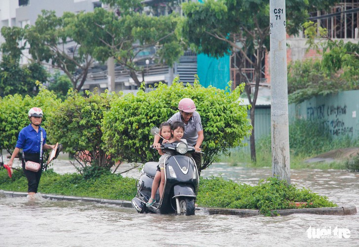 high tides cause disorder to daily lives of residents throughout hcm city hinh 8