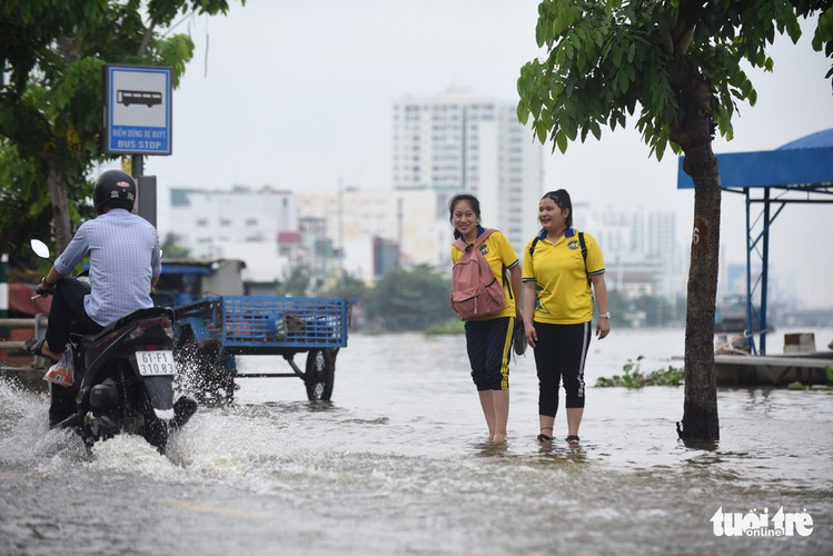 high tides cause disorder to daily lives of residents throughout hcm city hinh 9