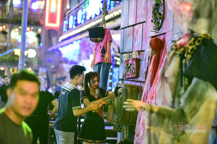 bui vien walking street bustles with visitors for halloween celebrations hinh 10