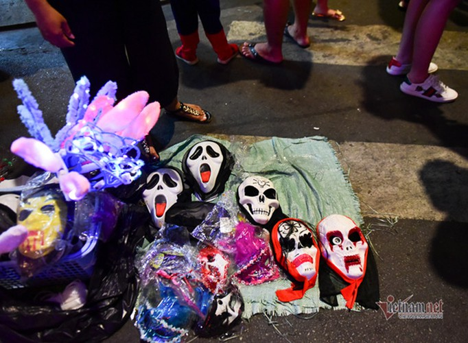 bui vien walking street bustles with visitors for halloween celebrations hinh 11