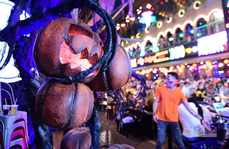 bui vien walking street bustles with visitors for halloween celebrations hinh 13