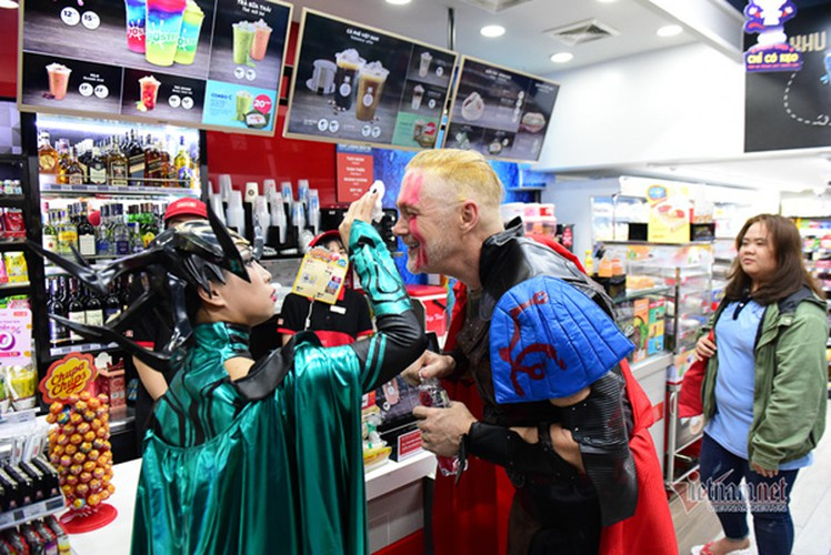 bui vien walking street bustles with visitors for halloween celebrations hinh 14