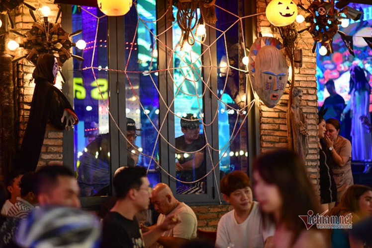 bui vien walking street bustles with visitors for halloween celebrations hinh 15