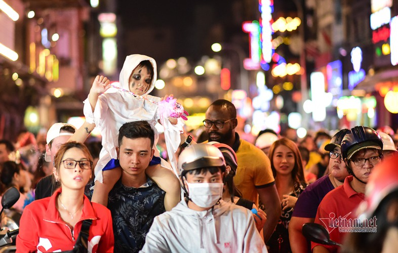 bui vien walking street bustles with visitors for halloween celebrations hinh 1