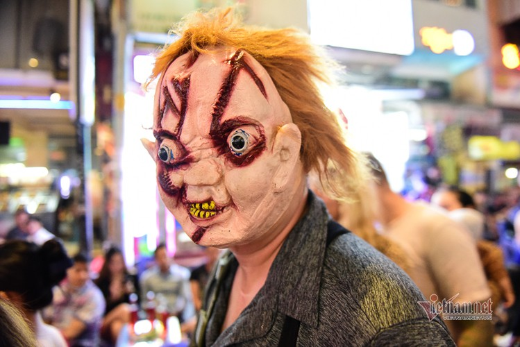bui vien walking street bustles with visitors for halloween celebrations hinh 2