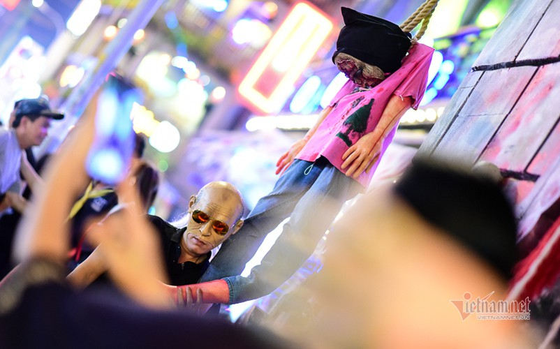 bui vien walking street bustles with visitors for halloween celebrations hinh 3