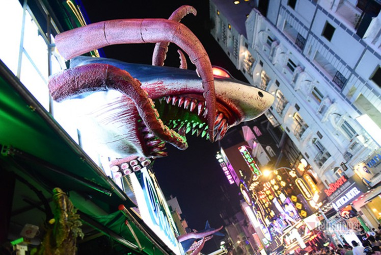 bui vien walking street bustles with visitors for halloween celebrations hinh 4