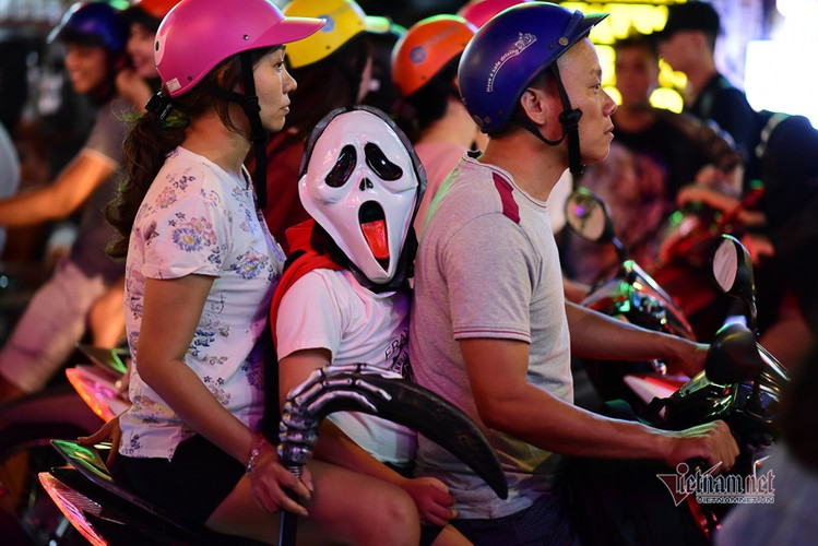 bui vien walking street bustles with visitors for halloween celebrations hinh 5