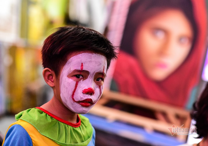 bui vien walking street bustles with visitors for halloween celebrations hinh 6